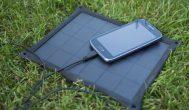 Przenośne zasilanie słońcem-ładowanie smartfona poza domem