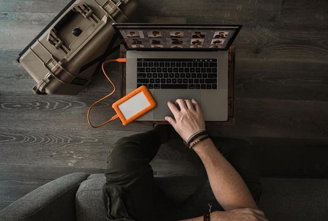 Jak dobrać zasilacz do laptopa